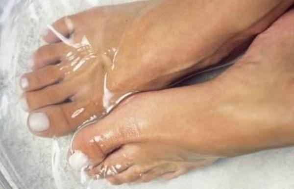 bath with baking soda for feet